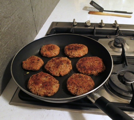 Red kidney bean and carrot veggie burgers